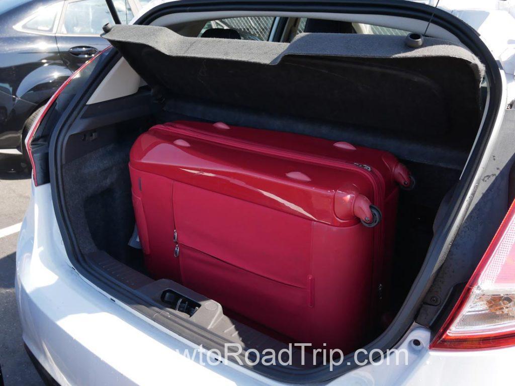 ハッチ・スーツケース一つ